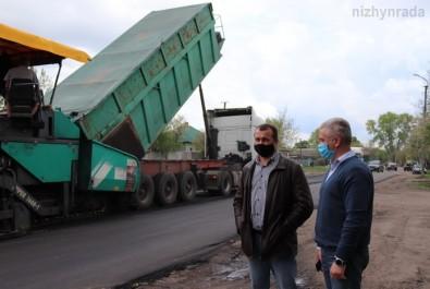 Анатолій Лінник перевірив розпочатий поточний ремонт дороги по вулиці Космонавтів