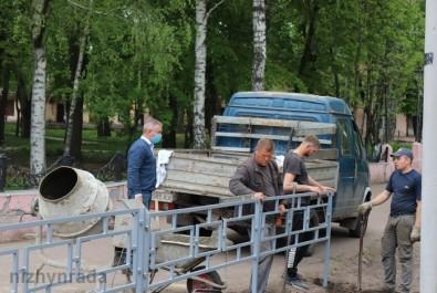 Анатолій Лінник перевірив виконання робіт із встановлення огородження дитячого майданчика