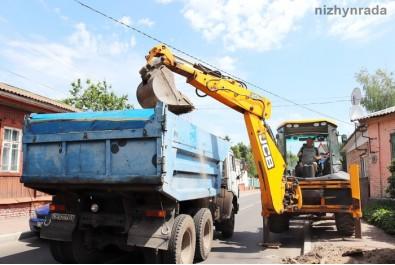 По вулиці Батюка вкладають новий тротуар