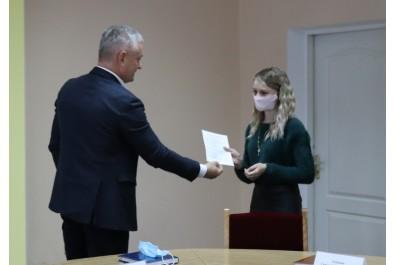Міський голова Анатолій Лінник вручив ордер на квартиру лікарю-неонатологу
