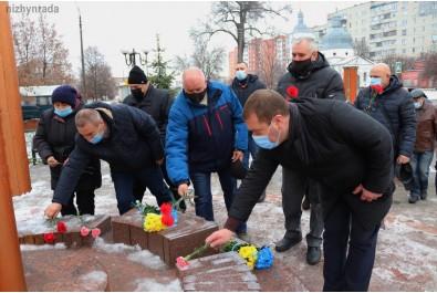 Біля пам'ятного знаку «Дзвони Чорнобиля» відбулось покладання квітів