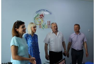 Працівників відділу державної реєстрації актів цивільного стану привітали з успішним впровадженням послуги «Шлюб за добу»