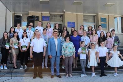 Міський голова Олександр Кодола привітав медалістів та вручив їм атестати з відзнакою