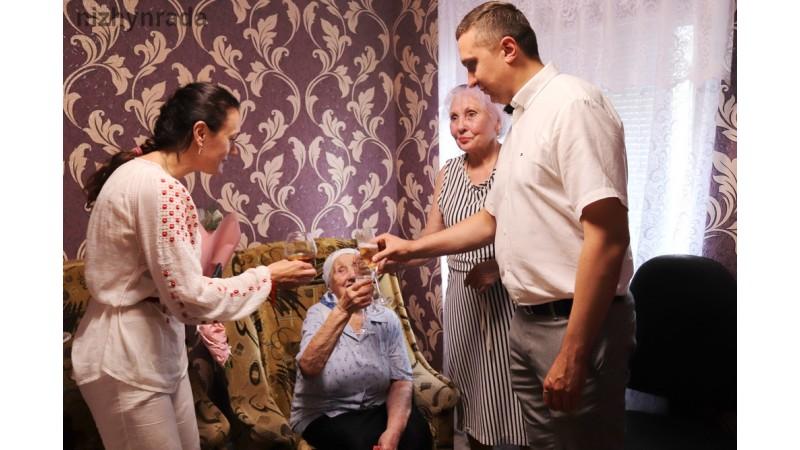 Міський голова Олександр Кодола привітав ніжинку зі 100-річним ювілеєм