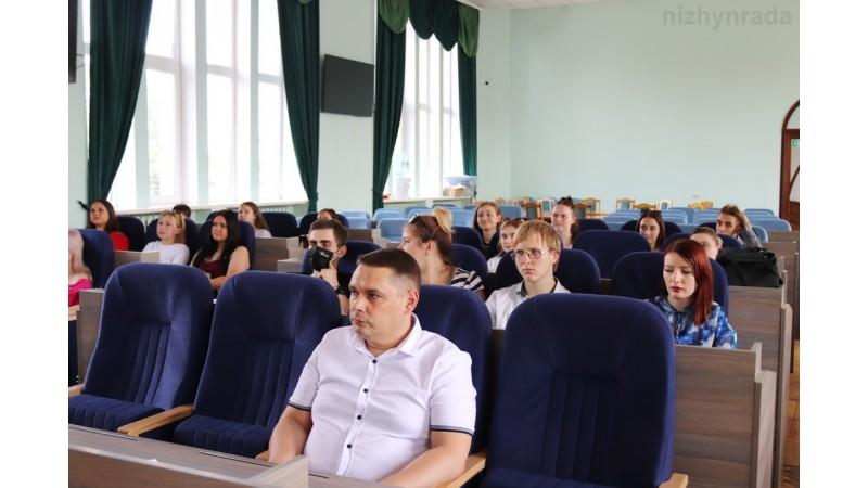 Напередодні Дня молоді у Ніжинській міській раді привітали юнаків та дівчат
