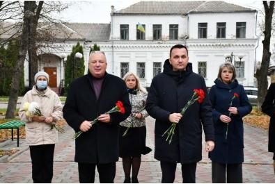 До Дня визволення України від фашистських загарбників відбулось покладання квітів до Пам'ятного знаку