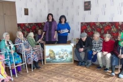 Привітали бабусь територіального центру